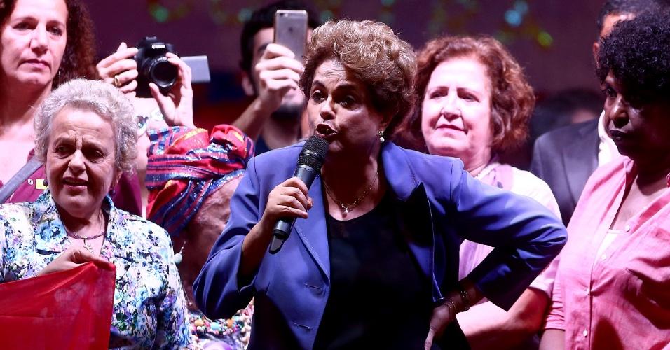 2.jun.2016 - A presidente afastada, Dilma Rousseff, participou da Marcha das Mulheres pela Democracia e Cultura contra o Golpe no centro do Rio. Dilma criticou a nova secretária de políticas para mulheres, Fátima Pelaes, e lembrou o caso de estupro coletivo ocorrido semana passada na capital fluminense.