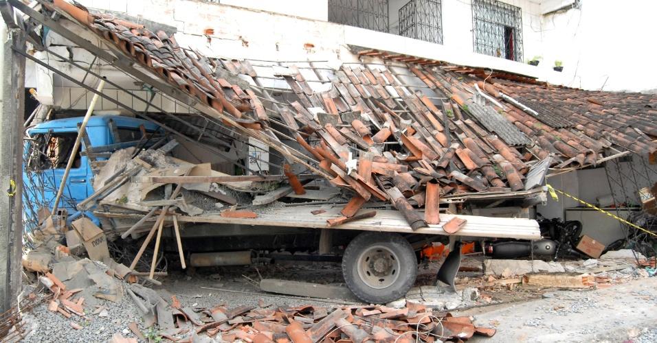 8.jun.2016 - Dois homens morreram e três pessoas ficaram feridas após um caminhão invadir uma casa no bairro de Praia Grande, em Salvador. O caminhão atingiu um mototáxi ao descer desgovernado pela ladeira do Cruzeiro. Condutor e passageiro da moto morreram na hora