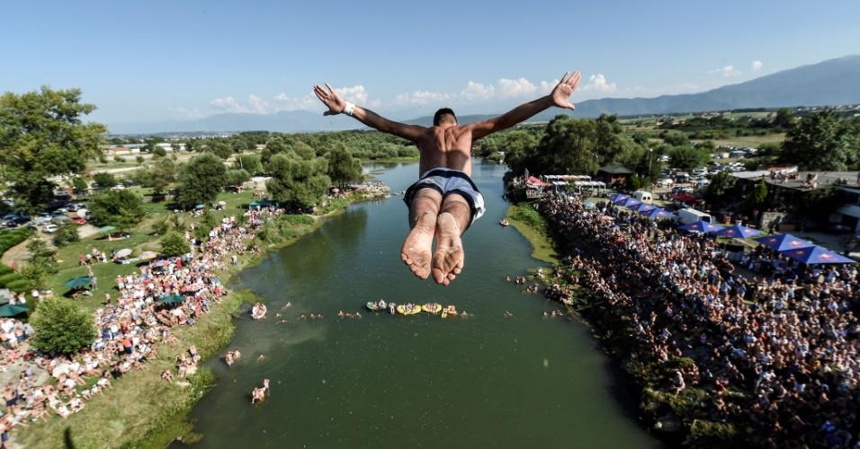 1º.ago.2016 - Homem salta da ponte Ura, com cerca de 22 metros de altura, durante uma competição de mergulho em Gjakova, em Kosovo