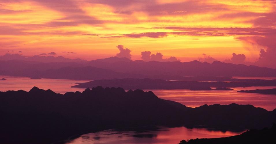 Sol nasce na ilha de Komodo, na Indonésia. O local é famoso por seu habitante nativo, o dragão-de-komodo, que é o maior lagarto do mundo