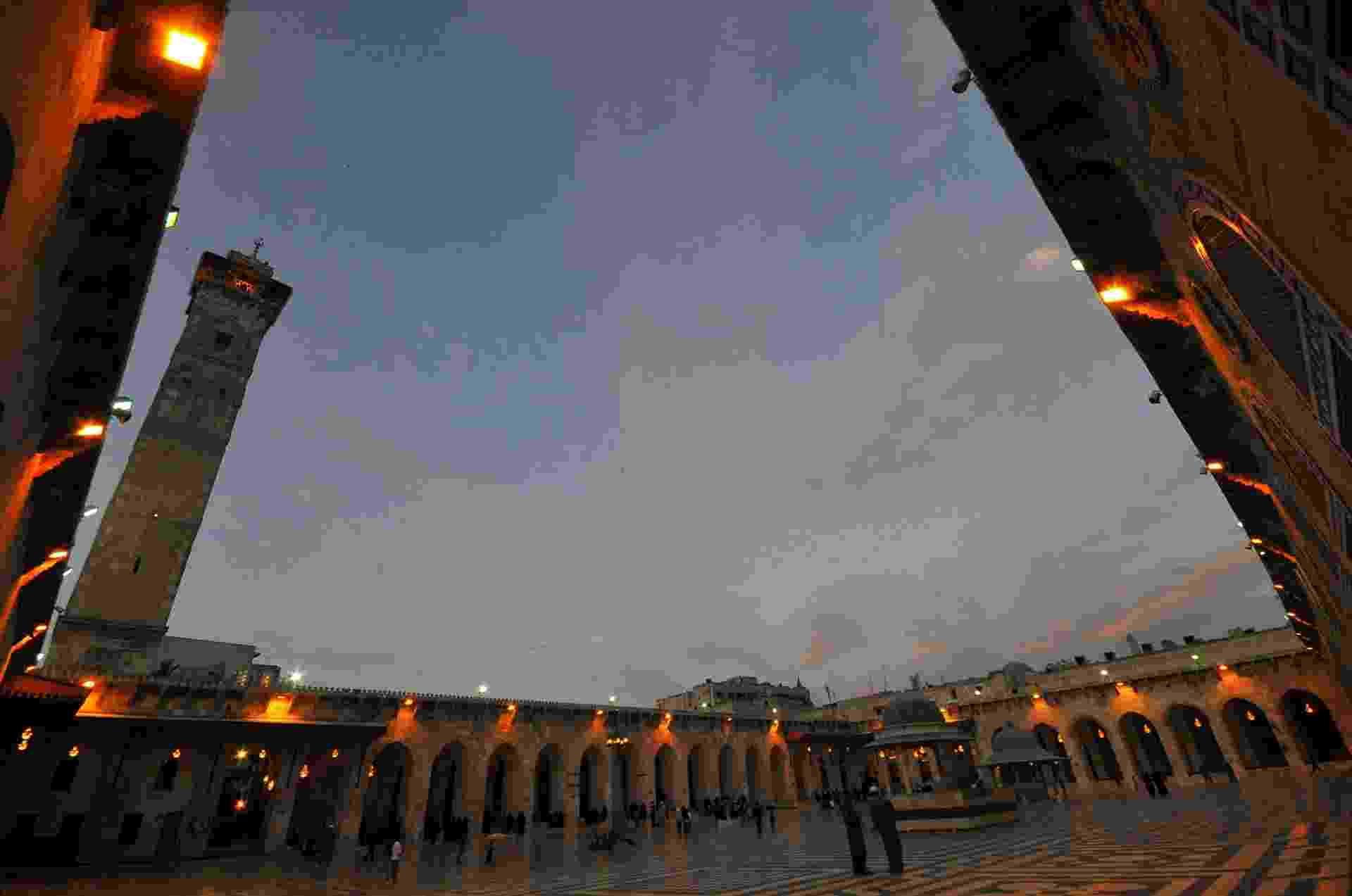 22.dez.2016 - Pessoas caminham em frente à mesquita Umayyad, em Aleppo, na Síria. A foto foi tirada em 2009. Antes da guerra, a cidade síria atraía muitos turistas por ter grandes tesouros do Oriente Médio - Omar Sanadiki/ Reuters