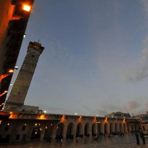 22.dez.2016 - Pessoas caminham em frente à mesquita Umayyad, em Aleppo, na Síria. A foto foi tirada em 2009. Antes da guerra, a cidade síria atraía muitos turistas por ter grandes tesouros do Oriente Médio