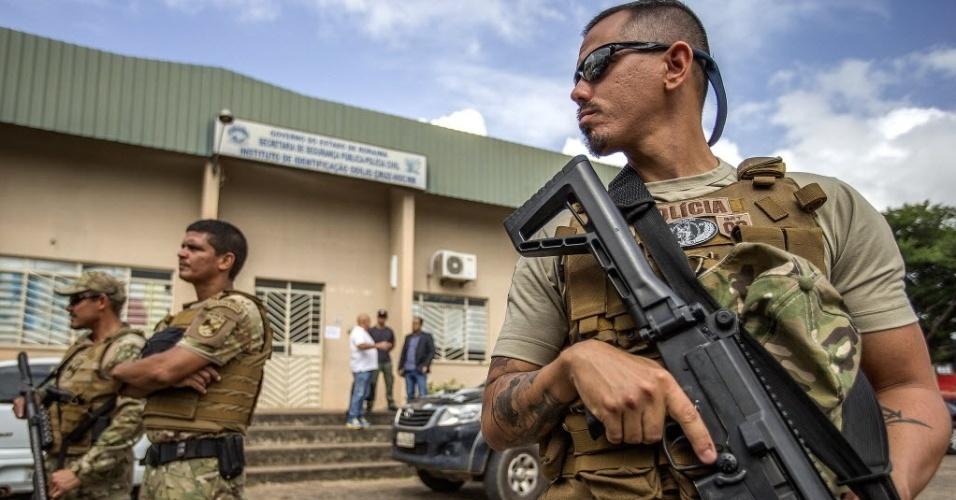 7.jan.2017 - Soldados fazem cerco em frente ao IML (Instituto médico Legal) de Boa Vista neste sábado, onde familiares de presos mortos na chacina da Penitenciária Agrícola de Monte Cristo aguardam a liberação dos corpos