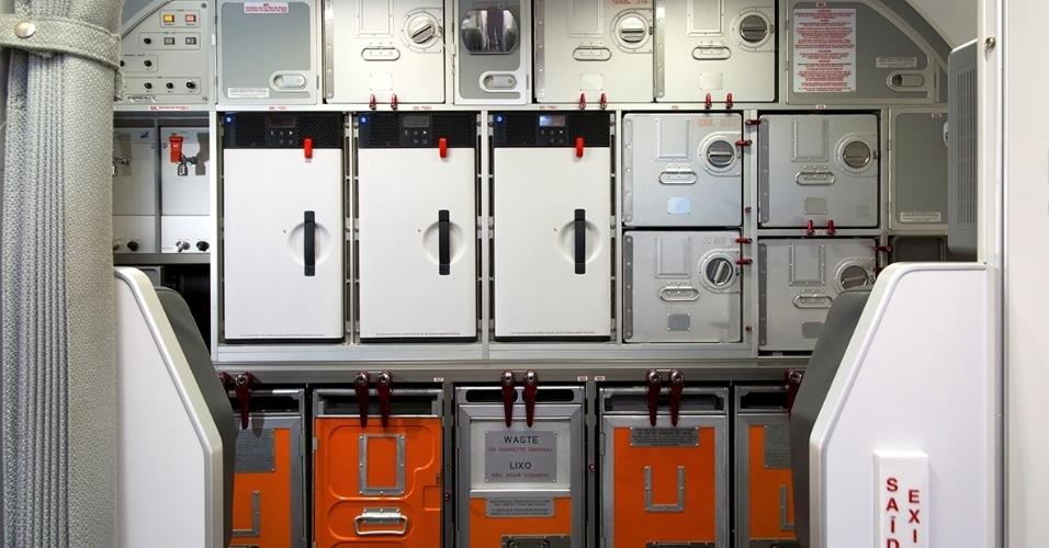 Dentro do avião, os trolleys ficam guardados dentro da galley, como é chamada a área destinada à preparação do serviço de bordo nos aviões. Na ponte aérea, os comissários têm apenas 20 minutos para servir todas as refeições e retirar todo o material utilizado