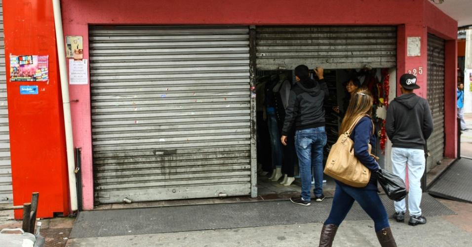 28.abr.2017 - Comércio e agências bancárias permanecem fechados neste dia de greve geral em Osasco, na Grande São Paulo