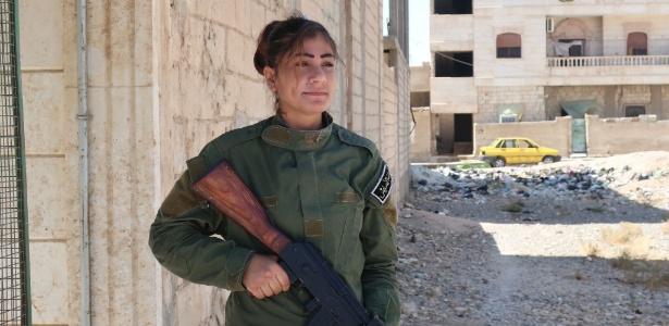 Mulher que faz parte da força de segurança em Tabqa, na Síria