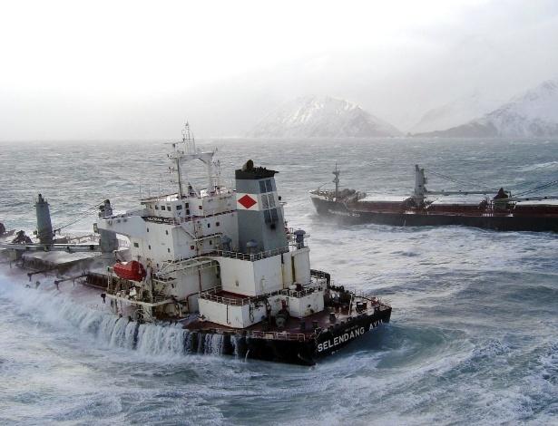 12.dez.2014 - O navio de carga da Malásia Selendang Ayu, de cerca de 225 metros, se parte em dois no alto mar e em meio a vendaval próximo a Unalaska, no Alasca