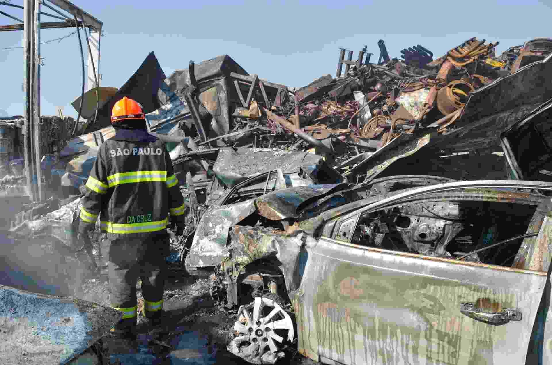 30.ago.2017 - Um acidente envolvendo mais de carros ocorreu nesta quarta-feira na rodovia Carvalho Pinto, em Jacareí (SP); duas pessoas morreram - NILTON CARDIN/ESTADÃO CONTEÚDO