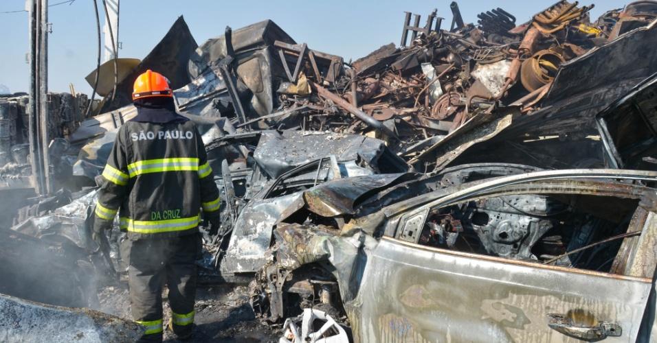30.ago.2017 - Um acidente envolvendo mais de carros ocorreu nesta quarta-feira na rodovia Carvalho Pinto, em Jacareí (SP); duas pessoas morreram