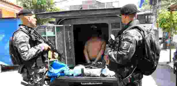 Policiais prendem suspeito em favela do Rio de Janeiro - JOHNSON PARRAGUEZ/AGÊNCIA O DIA/AGÊNCIA O DIA/ESTADÃO CONTEÚDO