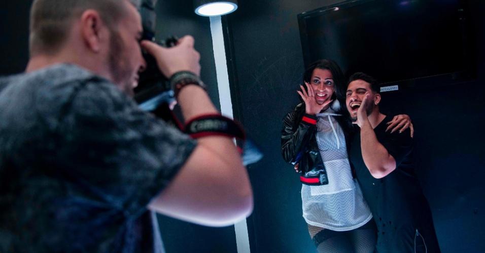 30.jul.2017 - A cantora de funk transexual MC Pepita tira foto com fã após apresentação em clube noturno LGBT no Rio de Janeiro