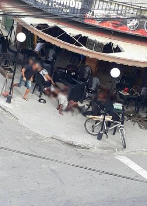 Imagem que circula em redes sociais mostra feridos em bar que teriam sido baleados