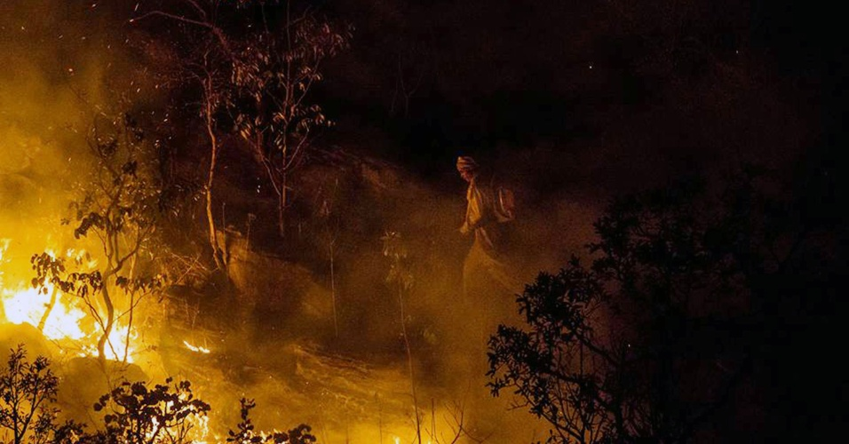 24.out.2017 - Brigadistas tentam apagar chamas na Chapada dos Veadeiros. Em uma semana, o fogo, classificado pela direção do parque como criminoso, já devastou mais de 54 mil hectares - ou 22% da área total