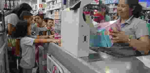 Alunos do Colégio Rodrigues Dias, em São Paulo, na loja de brinquedos para aula de educação financeira - Divulgação - Divulgação