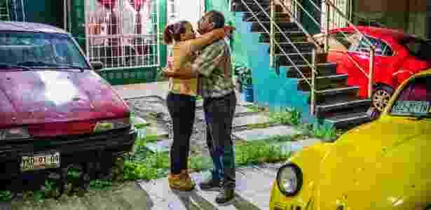 Vicky Delgadillo e Carlos Saldaña, que começaram a namorar depois de se conhecerem em um coletivo de famílias que perderam parentes no cartel de drogas, em Xalapa, no México - DANIEL BEREHULAK/NYT - DANIEL BEREHULAK/NYT