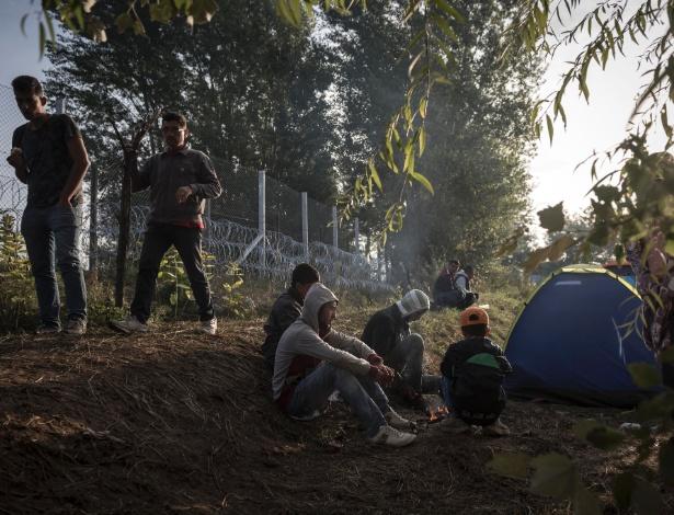 Refugiados acordam depois de dormir em uma estrada que foi bloqueada pela polícia fronteiriça húngara em Horgos, na Sérvia