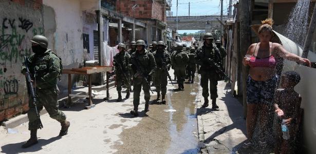 18.jan.2018 - Agentes das polícias Civil e Militar do Rio, além de integrantes das Forças Armadas e da Polícia Federal, fazem operação nas comunidades de Jacaré, Mandela, Arará e Manguinhos, na zona norte da cidade