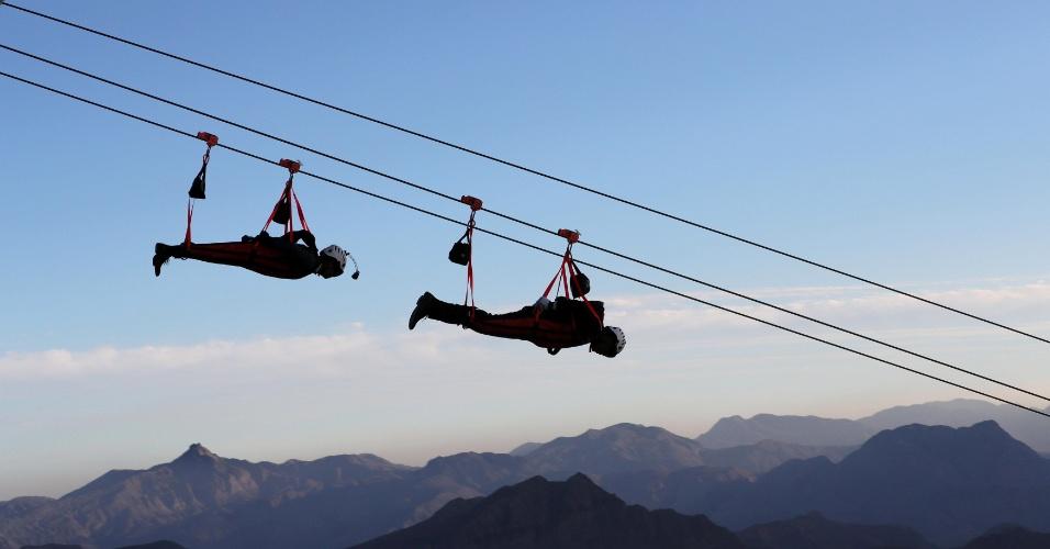 31.jan.2018 - Pessoas descem na maior tirolesa do mundo, construída na montanha Jabal Jais em Ras al-Khaimah