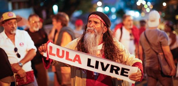 5.mai.2018 - Integrantes de movimentos sociais nas proximidades da sede da PF, onde Lula está preso há um mês
