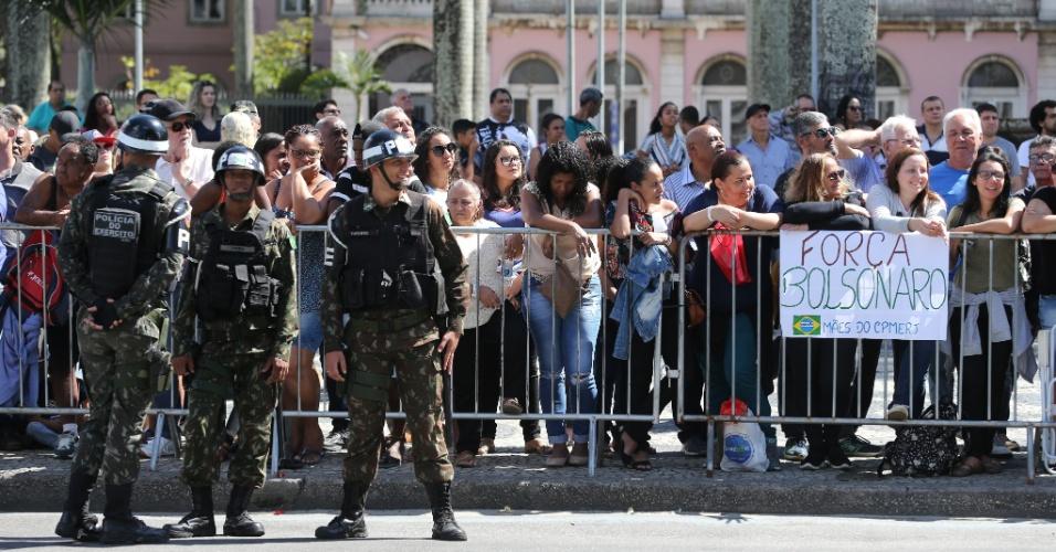 7.set.2018 - Mulheres exibem um cartaz de apoio ao candidato do PSL à Presidência da República, Jair Bolsonaro, durante o desfile em comemoração ao 7 de Setembro, dia em que se comemora a Independência do Brasil, na Avenida Presidente Vargas, no centro do Rio de Janeiro