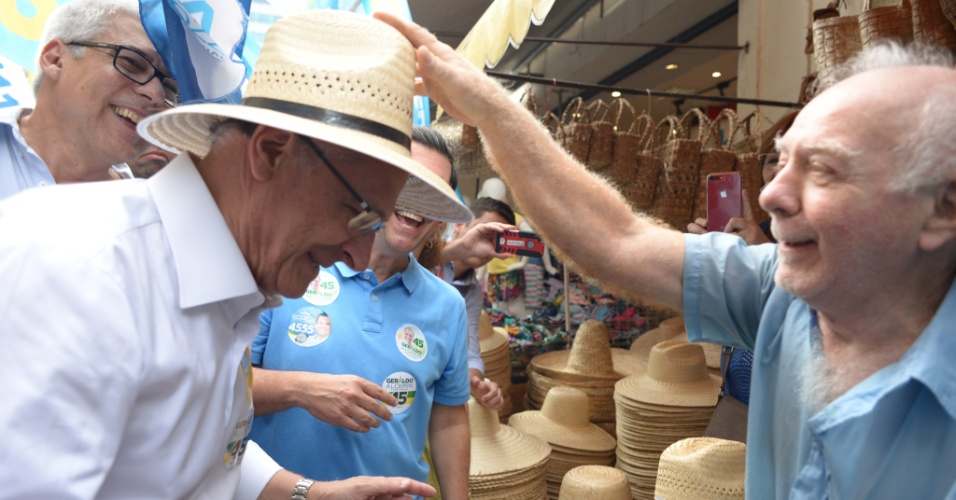 13.set.2018 - O candidato a presidência da república Geraldo Alckmin participou de entrevista na Associação de Amigos da Rua da Alfândega, nesta quinta-feira, dia 13 de setembro, no Centro do Rio de Janeiro. Em seguida caminhou pelo Comércio Popular do Saara