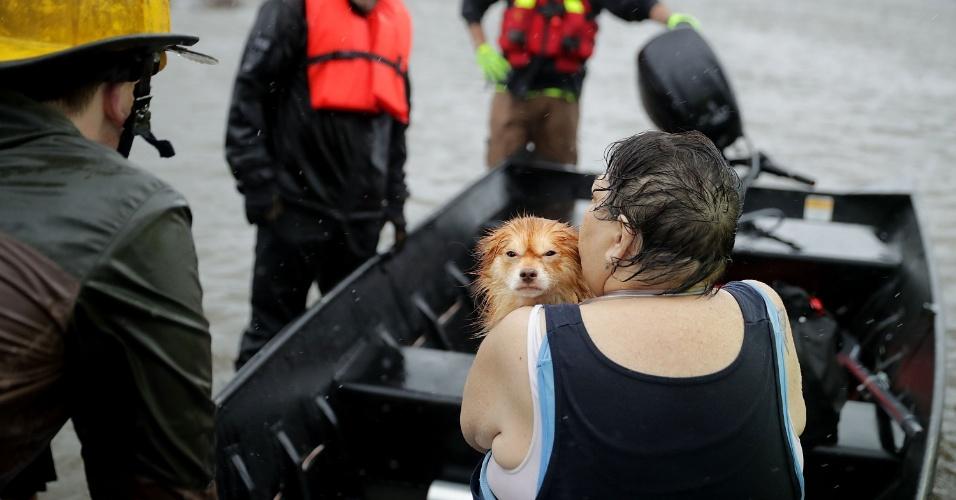 14.set.2018 - Equipes de resgate dos bombeiros e voluntários usam bote para resgatar mulher e seu cachorro de sua casa inundada em James City