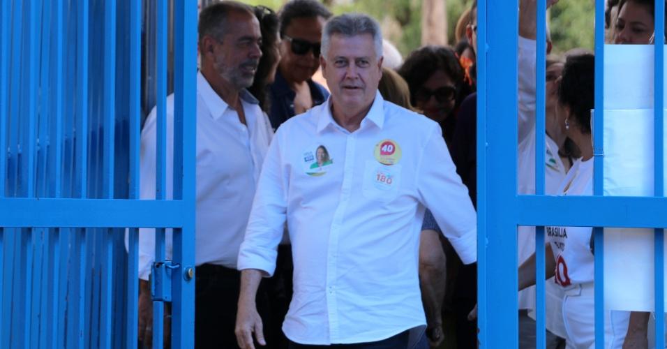 O governador do Distrito Federal, Rodrigo Rollemberg (PSB), que é candidato à reeleição, vota em seção eleitoral na Asa Sul, em Brasília