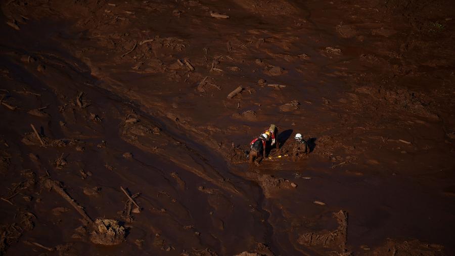 27.jan.2019 - Bombeiros procuram corpos na região do Córrego do Feijão, em Brumadinho - Douglas Magno/AFP