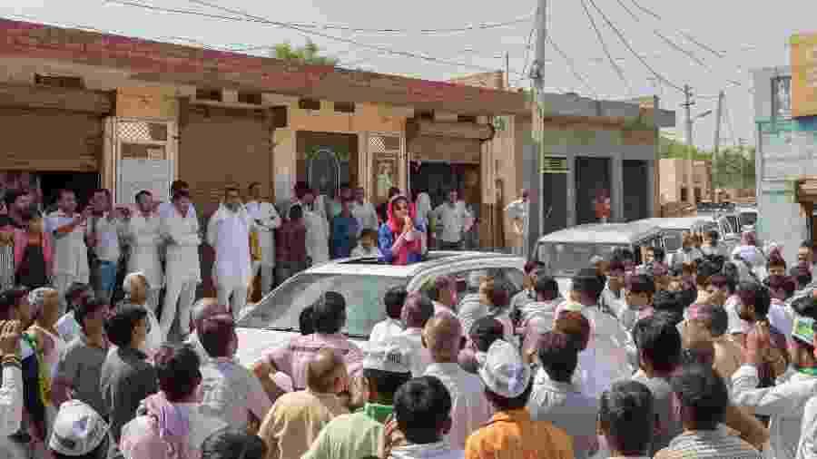 Swati Yadav, candidata ao Parlamento indiano, fala com moradores de Siwani, no estado de Haryana, na Índia - Smita Sharma/The New York Times
