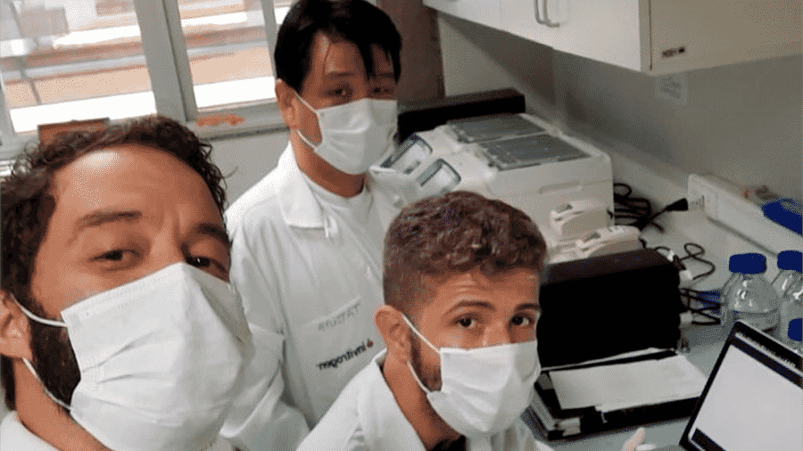 Ikaro (sentado, no meio, ao lado dos orientadores) foi provado em 1º lugar no programa de doutorado em biologia microbiana da UnB - Arquivo Pessoal via BBC