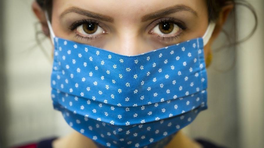Mulher usa máscara de proteção - Christo Anestev/Pixabay