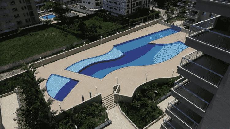 Área da piscina do condomínio localizado no Guarujá - Reprodução - Reprodução