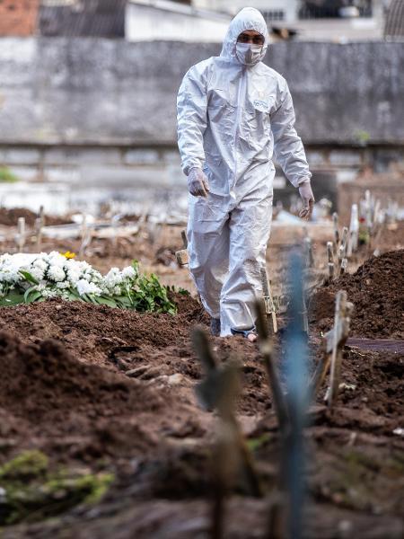 Agente funerário caminha em cemitério do Rio de Janeiro durante pandemia do coronavírus - Buda Mendes/Getty Images