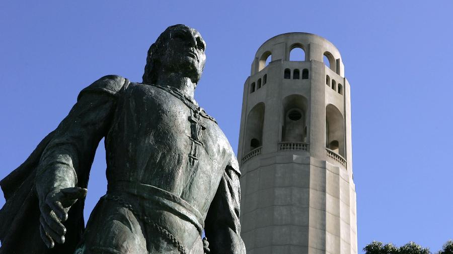 A estátua foi danificada diversas vezes por manifestantes nos últimos meses; em outubro, foi coberta de tinta vermelha - Getty Images