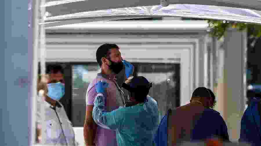 24.jun.2020 - Homem faz teste da covid-19 em Miami Beach, na Flórida, nos Estados Unidos - CHANDAN KHANNA / AFP