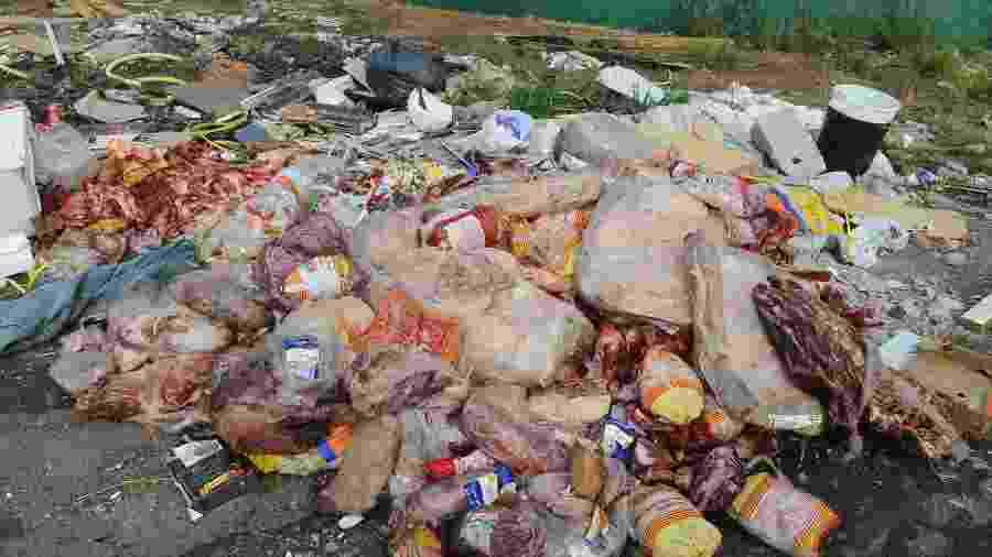 Descarte ilegal de carne registrado hoje no bairro Jardim do Trevo, em Campinas (SP) - WAGNER SOUZA/FUTURA PRESS/ESTADÃO CONTEÚDO