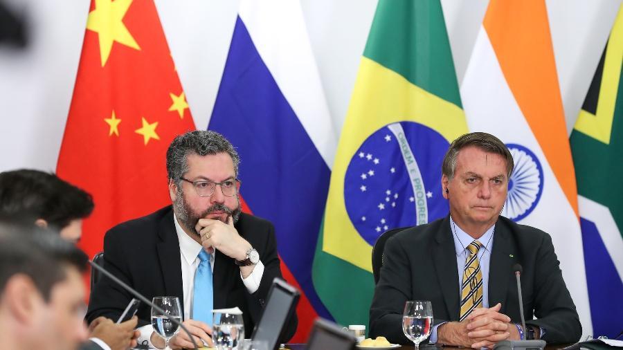 17.nov.2020 - O presidente Jair Bolsonaro e o ministro das Relações Exteriores Ernesto Araújo na cúpula dos Brics - Marcos Corrêa/PR