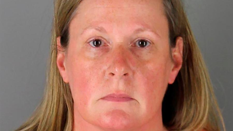 """Potter havia sido presa ontem (14), sob a acusação de homicídio de segundo grau - Hennepin County Sheriff""""s Office/Handout via Reuters"""