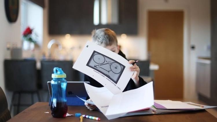 Guia britânico sugere estimular autonomia e cooperação entre alunos, para melhorar resultados do ensino remoto - Reuters - Reuters