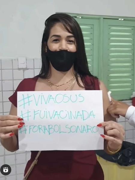 Tenente-coronel do Corpo de Bombeiros de Alagoas Camila Paiva levou cartaz no dia da vacinação - Reprodução/Instagram