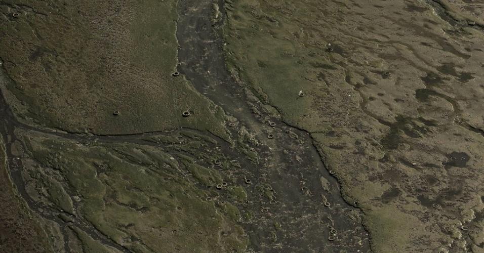 22.jun.2015 - Vista aérea de lodo e pneus no fundo da baía de Guanabara, na área de São Gonçalo, Rio de Janeiro. Uma mancha de óleo foi avistada na baía, que será local das provas de vela durante os Jogos Olímpicos Rio 2016