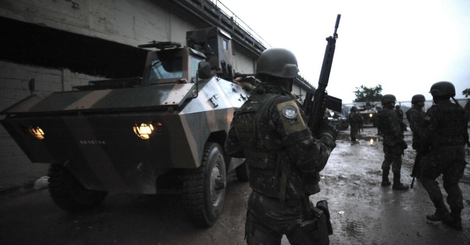 19.jun.2015 - Militares das Forças Armadas patrulham comunidade do complexo da Maré, na zona norte do Rio de Janeiro. A Força de Pacificação vai deixar as favelas no dia 30 de junho, após 15 meses de ocupação