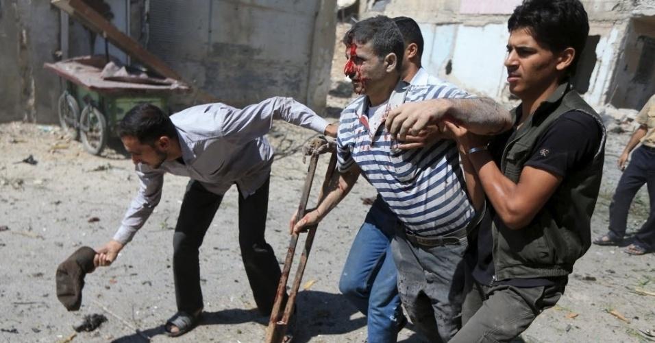 12.ago.2015 - Homens ajudam um ferido após um ataque aéreo realizado por forças leais ao ditador sírio, Bashar Assad, em Damasco, Síria. Pelo menos 31 pessoas morreram nesta quarta-feira (12) durante ataques as áreas controladas pelos rebeldes