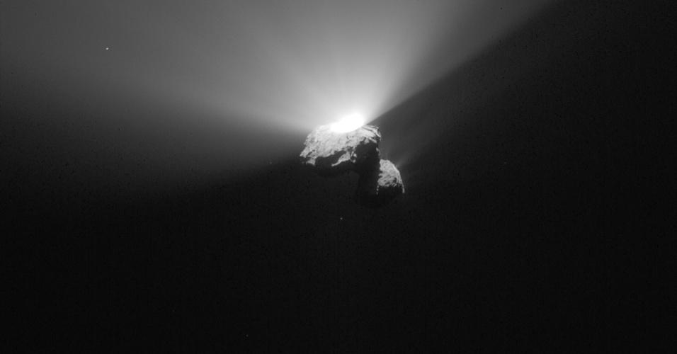 28.ago.2015 - A imagem do cometa 67P / Churyumov-Gerasimenko foi capturada em 22 de agosto pela câmera Osiris da sonda Rosetta a uma distância de 336 km do centro do cometa. A imagem foi divulgada nesta sexta-feira