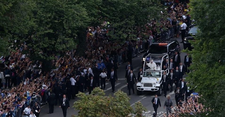 25.set.2015 - Papa Francisco acena para a multidão do papamóvel enquanto desfila pelo Central Park, em Nova York (EUA)
