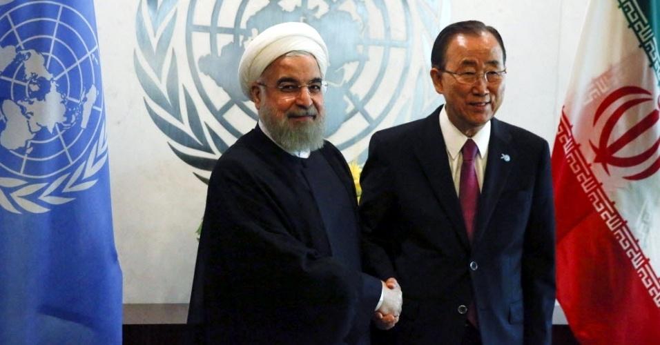 26.set.2015 - O secretário-geral da ONU, Ban Ki-moon (à direita) posa para foto ao lado do presidente do Irã, Hassan Rouhani, durante encontro durante Assembleia Geral da ONU, na sede da entidade em Nova York (EUA), neste sábado (26)