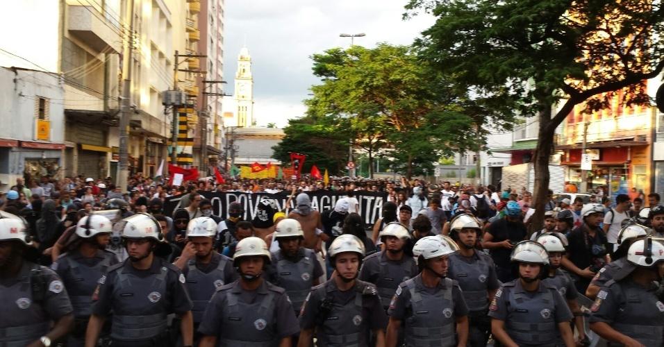 26.jan.2016 - Com policiais bem próximos à frente, manifestantes caminham em novo ato contra o aumento das tarifas do transporte público, em São Paulo. Ato que saiu da Luz passa pela região central da cidade em direção à Câmara Municipal