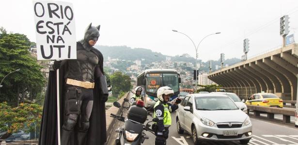 Homem fantasiado de Batman protesta contra o sucateamento da saúde pública do Rio