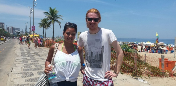 A jornalista holandesa Cherizh Wirabangza, 28, e o estudante sueco Emil Astradsson, 24, aproveitam o dia de calor intenso na praia de Ipanema, na zona sul do Rio