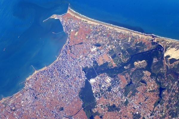 """2.mar.2016 - Em 9 de junho, Scott fotografou Fortaleza. """"Good night #Fortaleza #Brazil from the @space_station!"""" (Boa noite, Fortaleza, Brasil, da Estação Espacial""""), tuitou."""